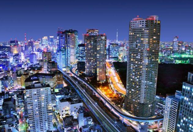 المباني-الكثيفة-في-ميناتو-كو،-طوكيو-اليابان-مع-طوكيو-شجرة-السماء-مرئية-في-الأفق
