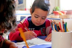 ما هي الوسائل الملائمة لتعليم طفلي القراءة والكتابة؟